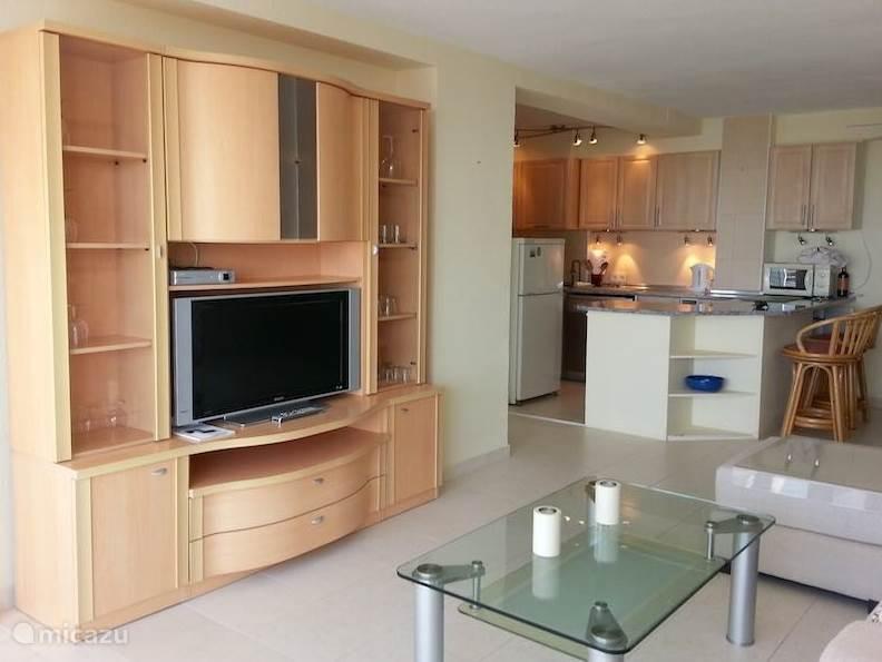 De woonkamer en open keuken