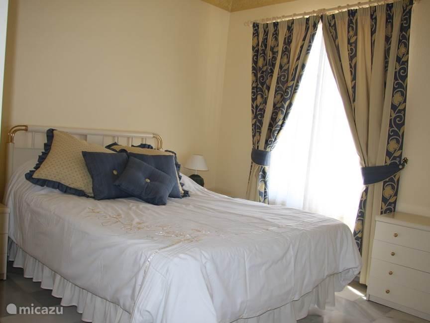 grote slaapkamer voorzien van extra kinderbed + extra vouwbed voor 5e pers. Zeer ruim. Met veel opslagruimte en een kluisje.