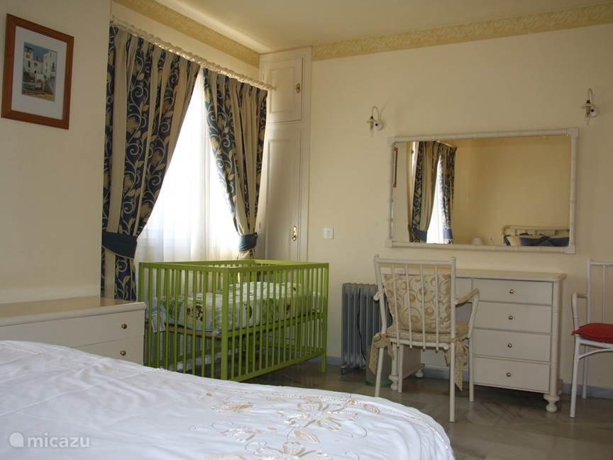Zeer compleet en zeer ruim ingericht.  Divers kinderspeelgoed e.d. aanwezig. Wij wensen u een prettig verblijf, in ons mooie appartement.