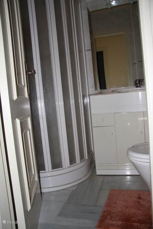 badkamer voorzien van douche, ligbad en toilet.