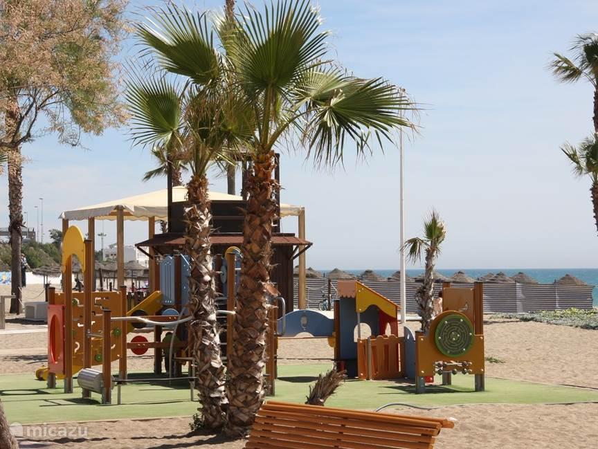 volop speelgelegenheid aan het strand op 100 m afstand