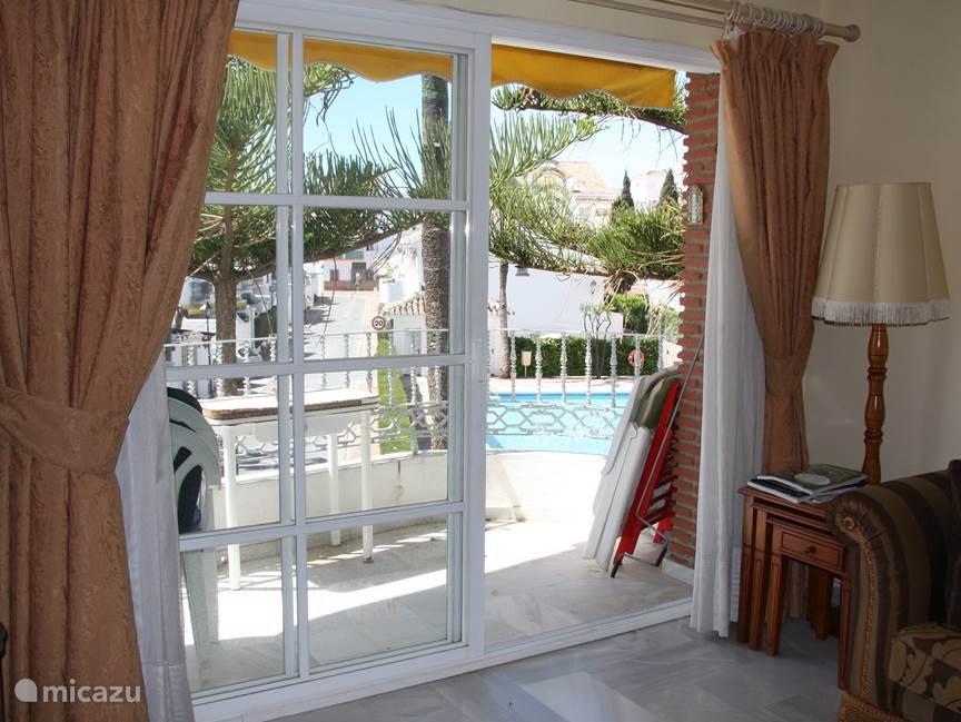 Doorkijk naar het balkon en het zwembad