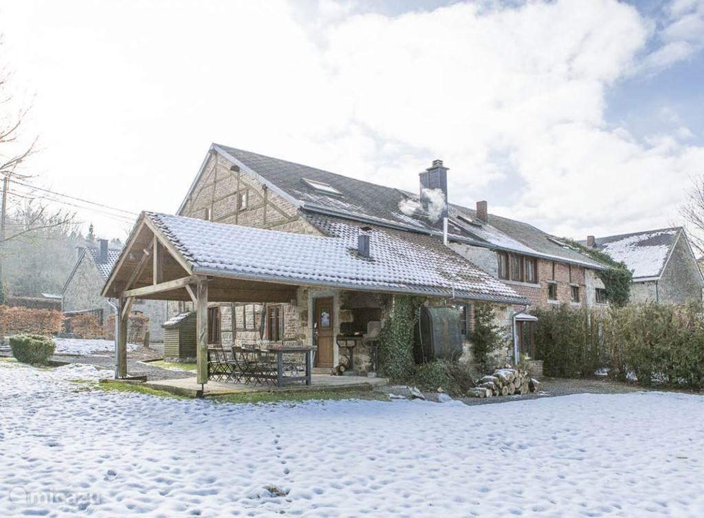Gelegen in Wéris, een van de mooiste dorpjes van Wallonie met restaurants en het Megaliethen Museum. De bossen het het centrum op loopafstand. Perfect voor rustzoekers fietsers en wandelaars. Au Repaire is een 15 persoons vakantiehuis grenzend aan glooiende weilanden met overdekt campagne-terras.
