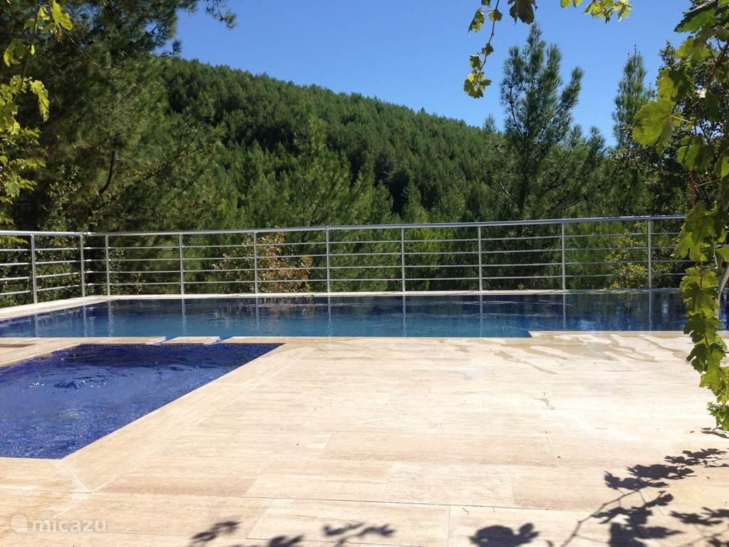 zwembad met uitzicht op een pijnboombos