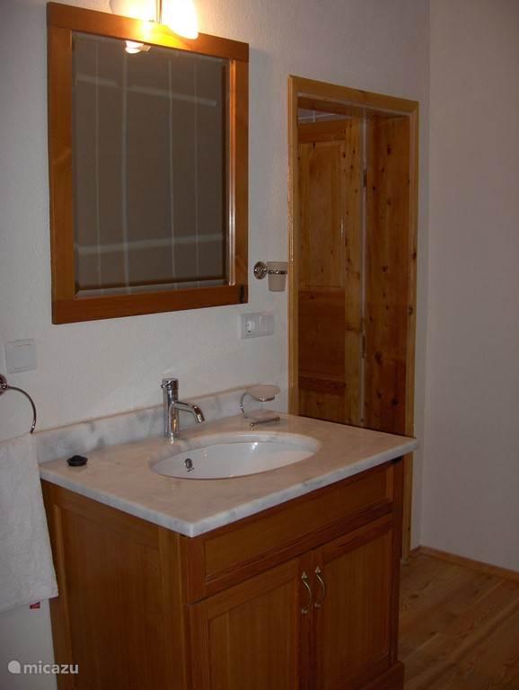 lavabo hout en marmer