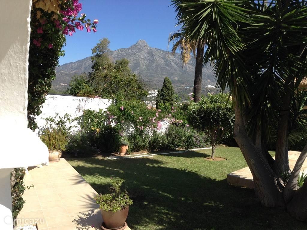 Vanaf het prachtige terras heb je aan de ene kant zicht op de bergen, kijk je de andere kant op geniet je van zeezicht.