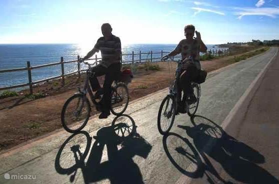 Er staan twee fietsen voor u klaar om de omgeving te verkennen .