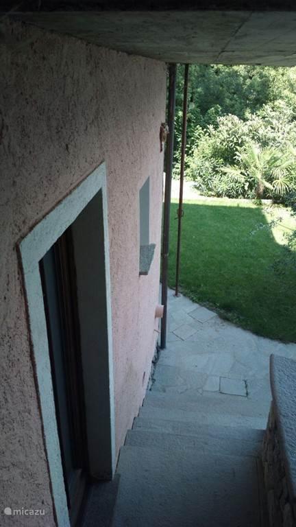 Het trapje naar de tuin. U kunt hier ook bij regen overdekt roken.