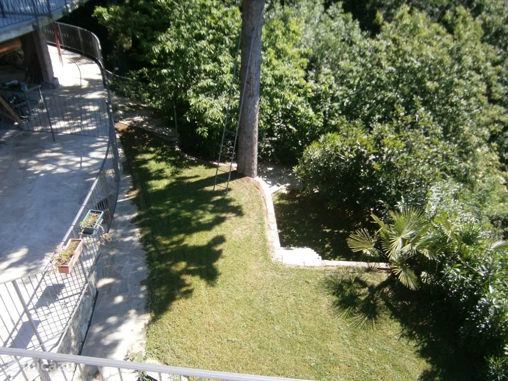 gemeenschappelijke tuin met twee vijvers en aan het einde achterin een rasechte waterval! Barbeque