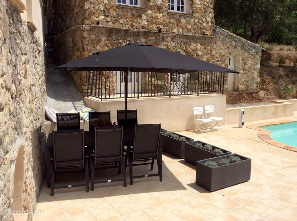 Terras aan het zwembad met tafel, 6 stoelen en parasol