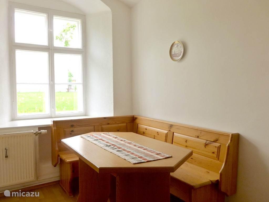 Eetkamer en keuken met tuinzicht