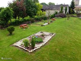 tuin met diverse zit- en speelgelegenheden.