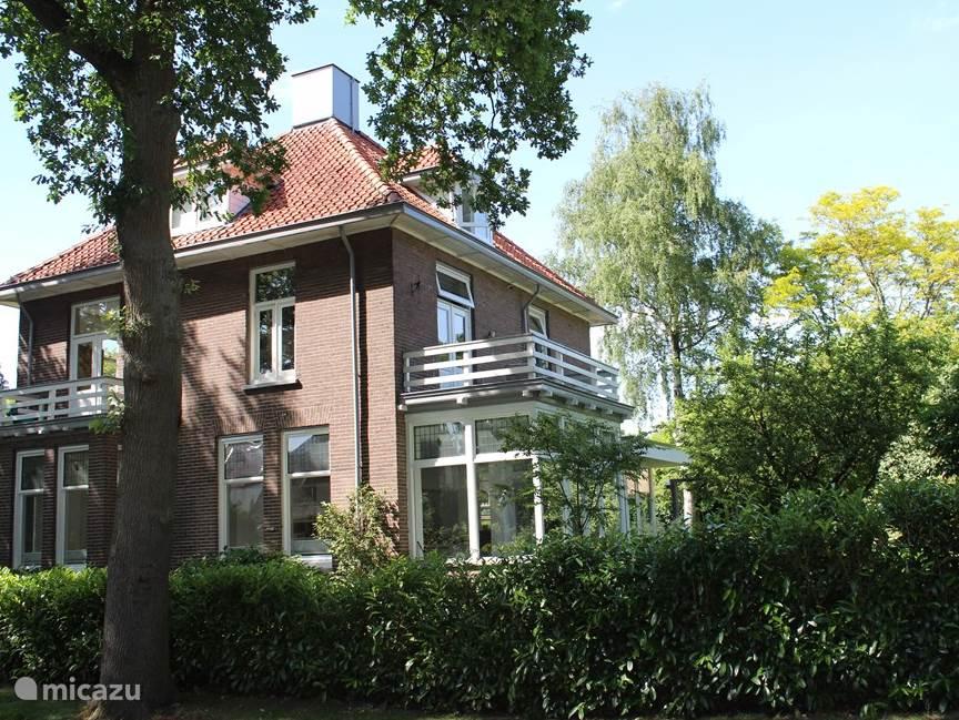 Heerlijk ruim vrijstaand vakantiehuis met grote zonnige tuin.