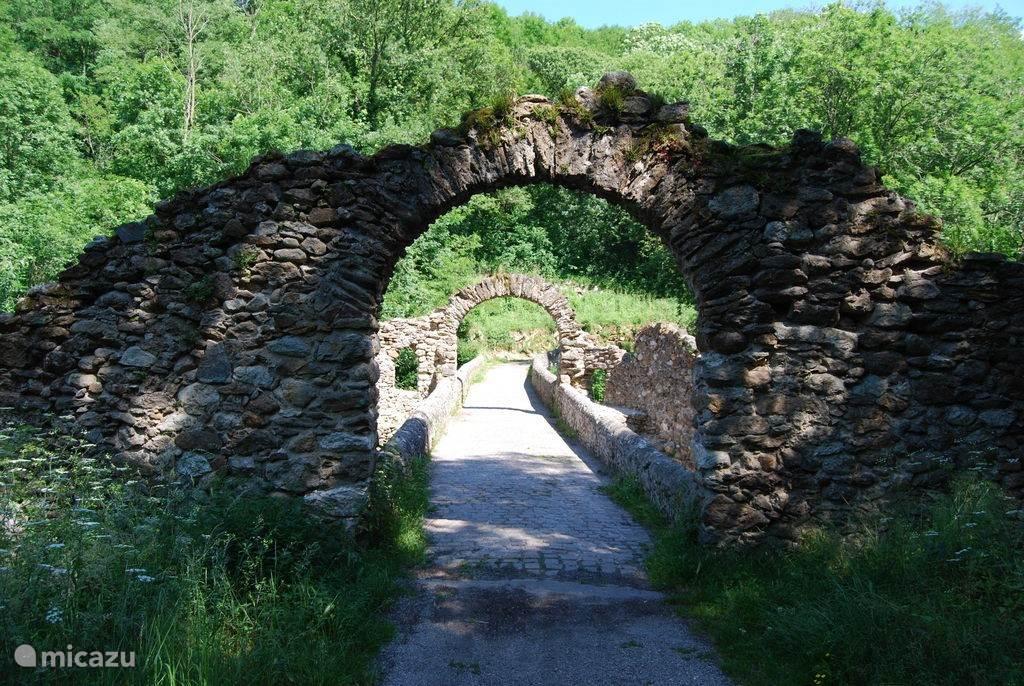 Pont de diabelo (duivelsbrug) - een vroegere tolovergang over de rivier. Te bezoeken op weg van Lavelanet naar Tarascon (richting Andorra)
