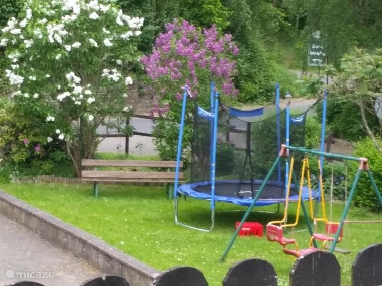 Speeltuin met een trampoline