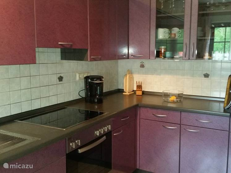 De keuken is volledig ingericht magnetron oven keramische kookplaat koelkast vriezer koffiezetapparaat toaster en meer
