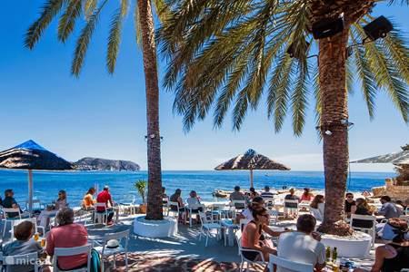 Algas Beach bar bij het strand L'Andrago in Moraira