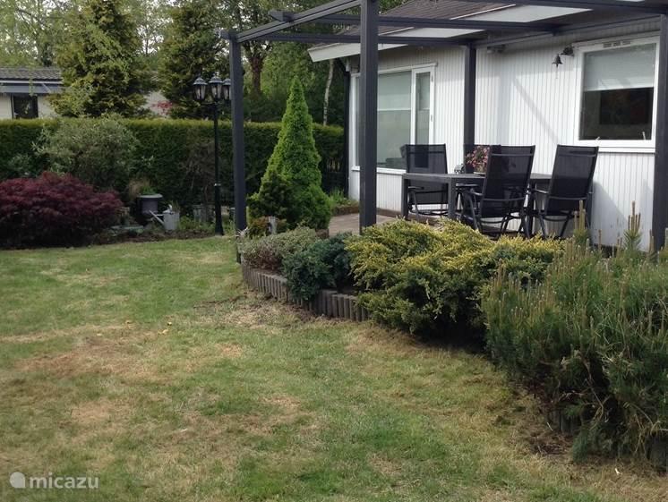 Tuin op zuidwesten met paviljoen. Het gras is inmiddels groener. Deze foto is in april/ mei genomen.