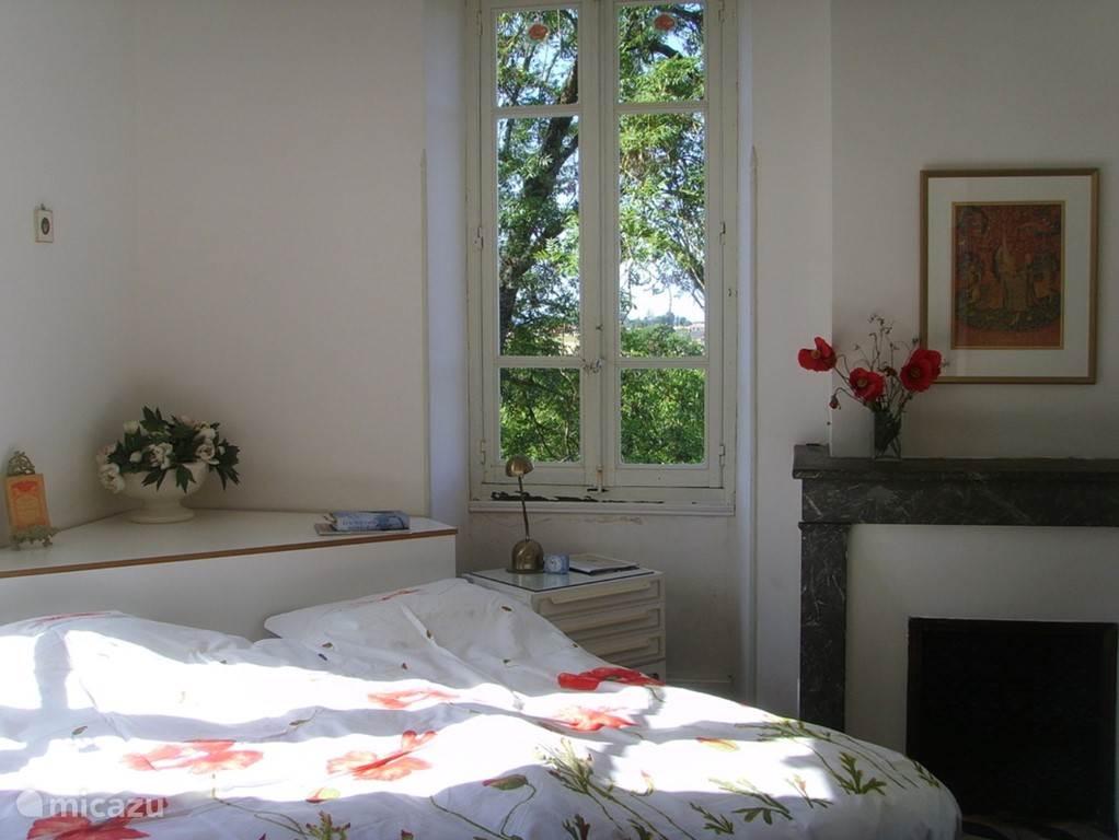 Master-bedroom, met aangrenzend  badkamer met bad