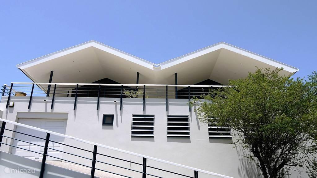 De villa is onder monderne architectuur gebouwd.