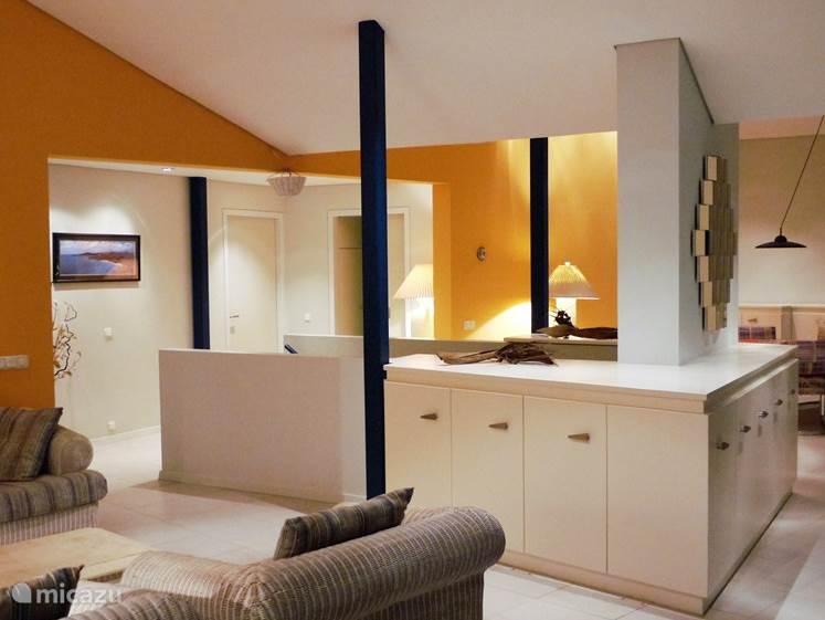 Overzicht van de woonkamer en eetkamer.