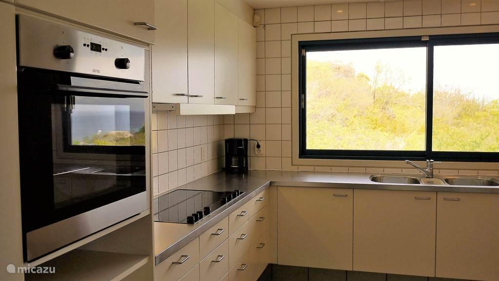 De keuken is van alle gemakken voorzien. Oven, keramische kookplaat, vaatwasser, dubbele koelkast en diversen apparaten.