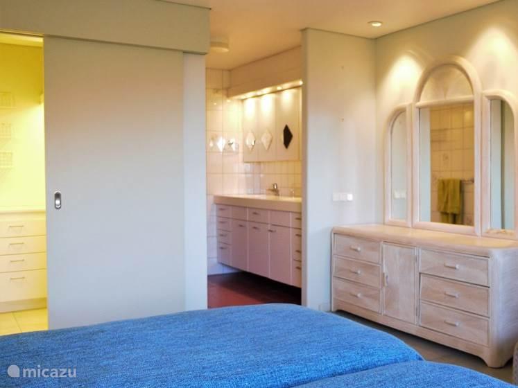 De zeer royale hoofdslaapkamer (slaapkamer 1) met inloopgarderobe en badkamer.