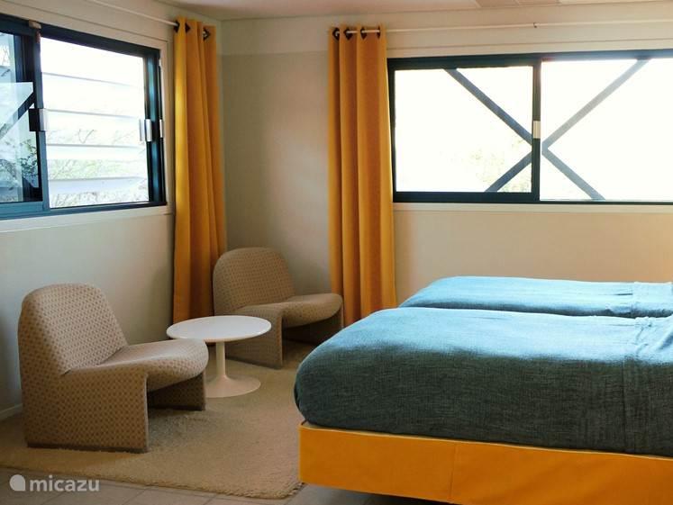 De kamer heeft een prachtig uitzicht op de tuin en de zee.