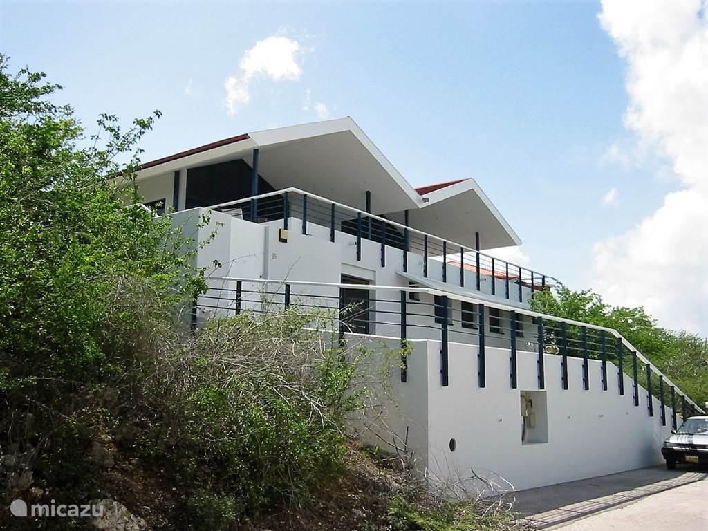 De woning kenmerkt zich door een terrasvormige opbouw.