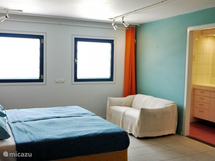 Zicht vanuit slaapkamer 3 op de zee (en de badkamer).