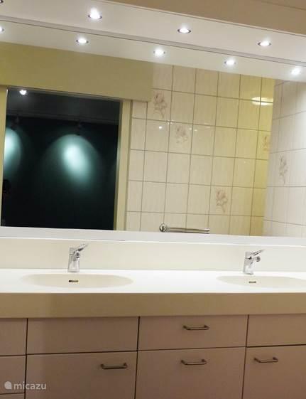 Fragment van de badkamer van slaapkamer 4. Elke badkamer heeft uiteraard ook een toilet en douche.