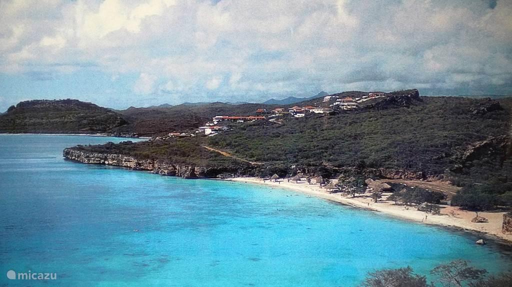 De woningen op de berg en het strand van Cas Abao.