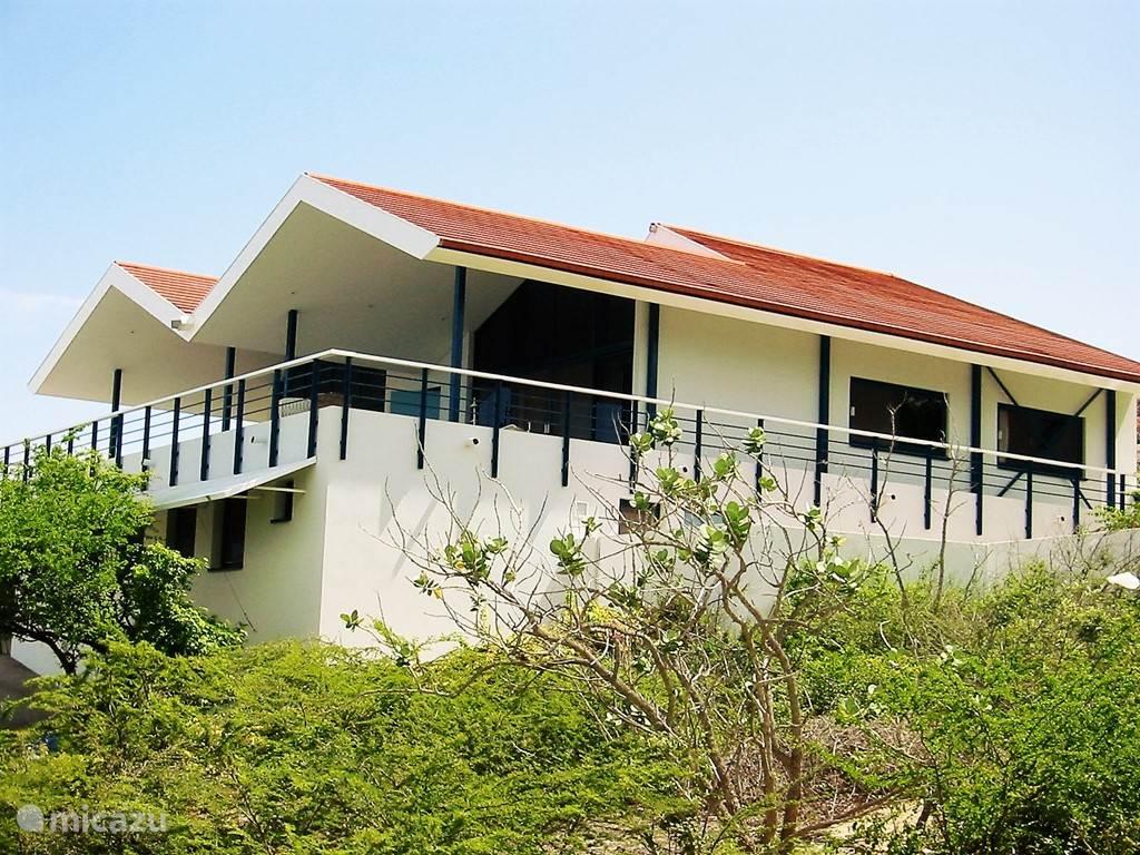De woning is tegen de berghelling aan gebouwd en beschikt over een panoramisch uitzicht over de caraïbische zee.