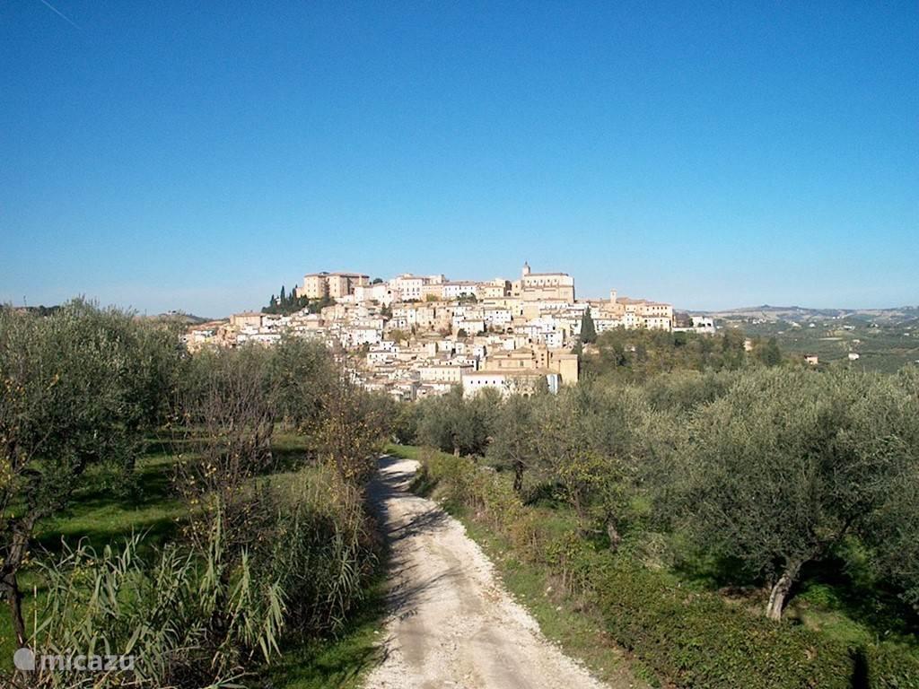 Zicht op het mooie dorp Loreto Aprutino