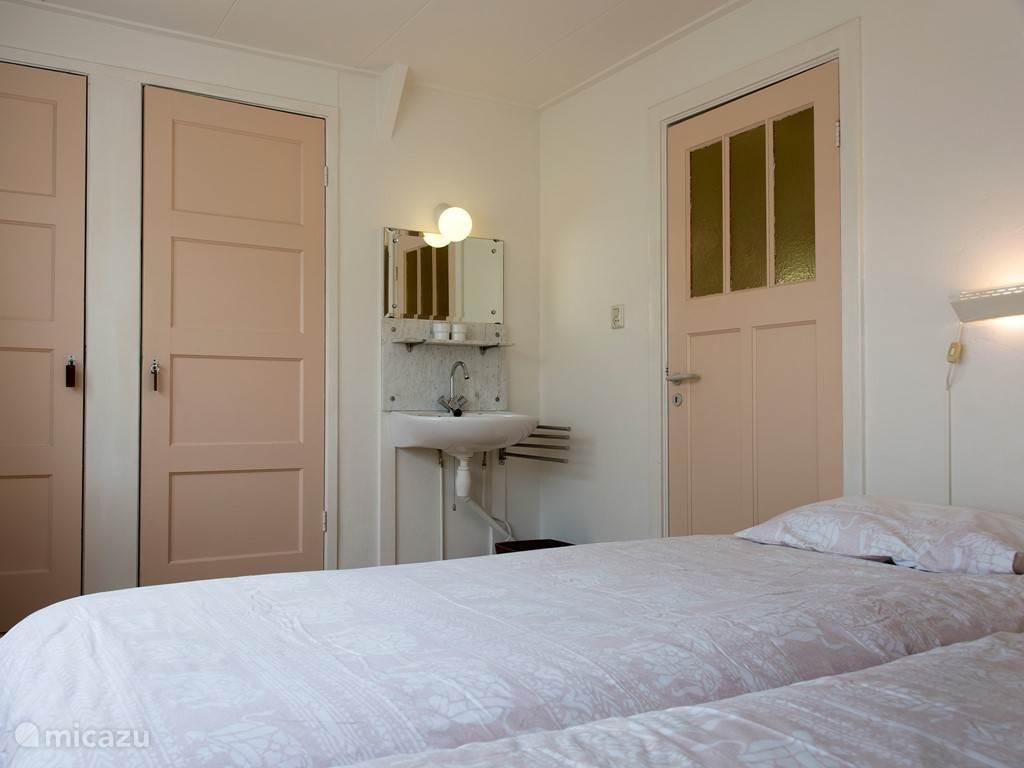 Grote slaapkamer met 2 bedden van 90 x 220 cm.