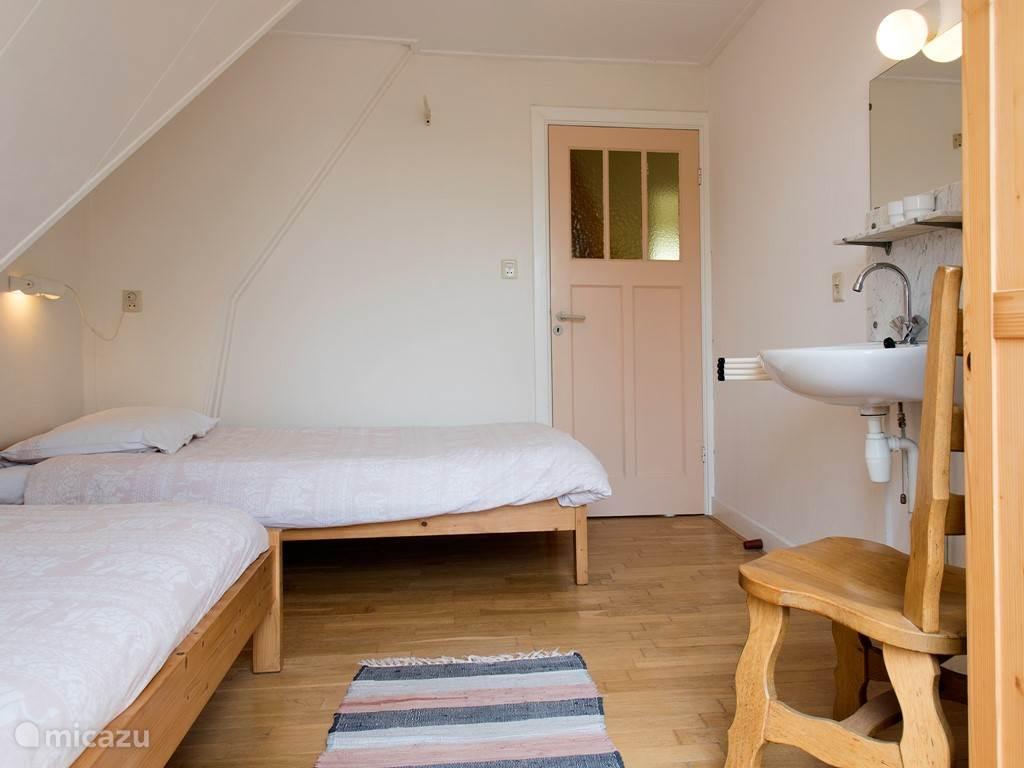 Slaapkamer met een balkon.