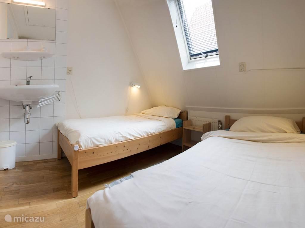 Slaapkamer aan de kant van de steeg.
