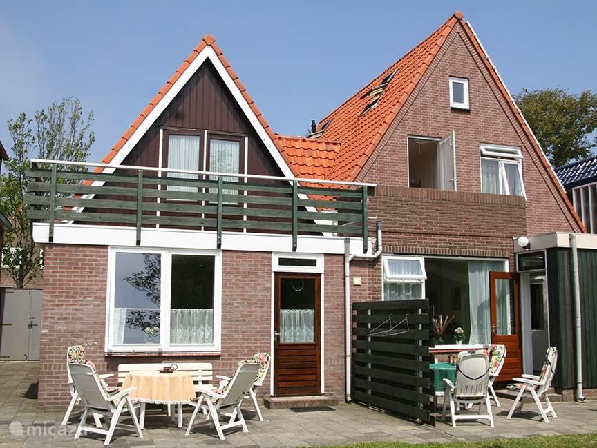 Tuinkant van het huis op het zuiden. Het huis heeft ook 2 balkons op het zuiden. De grootte van de tuin is 300 m².