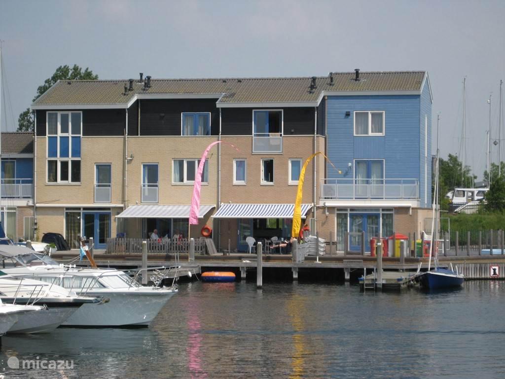 vanaf het water, onze woning is de 2e van rechts