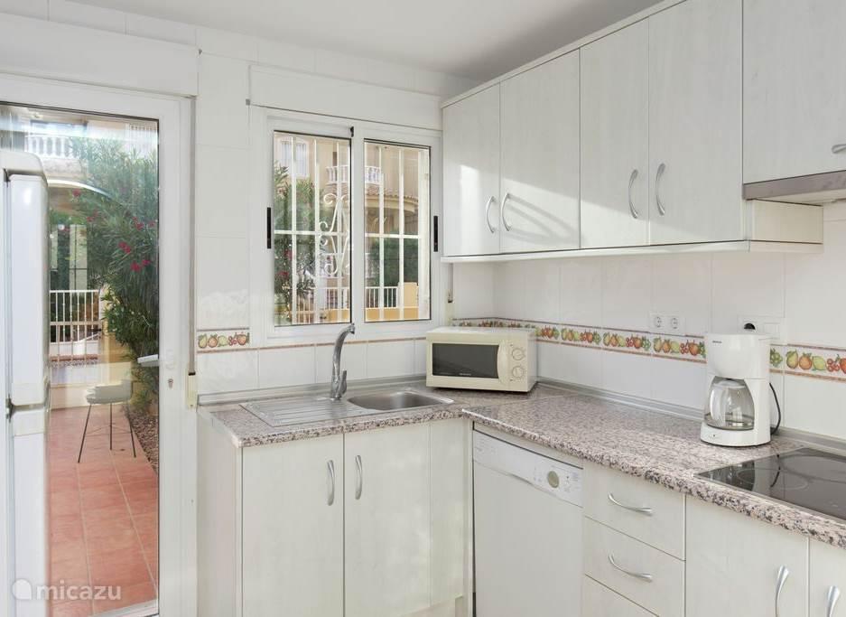 De keuken is uitstekend uitgerust met kookplaat, magnetron, koelkast en vaatwasser en van alle gemakken voorzien