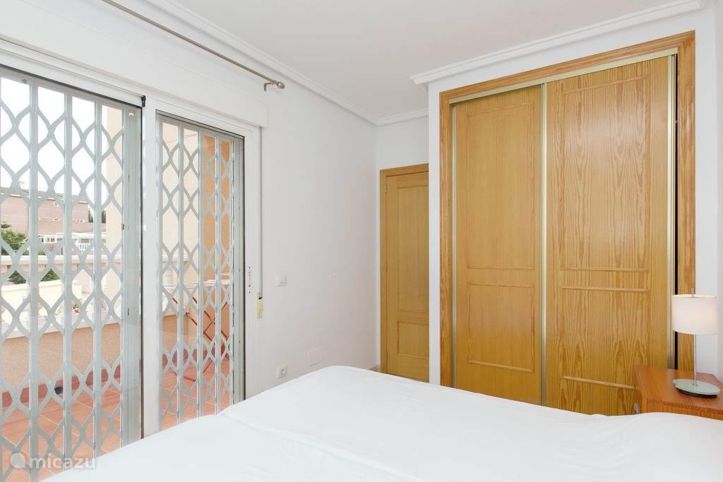 De master bedroom met 2 persoons bed. Op alle kamers is een grote kast en ladenkasten voor uw spullen.