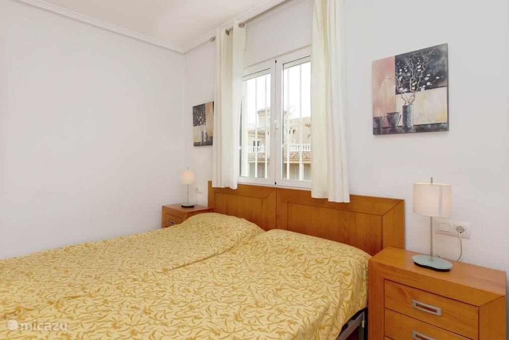 Op de eerste verdieping een kamer met 2 eenpersoons bedden