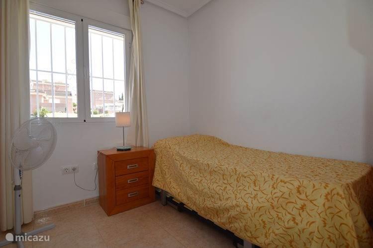 De woning kent 3 slaapkamers. Dit is de slaapkamer op de begane grond. Onder het bed is een 2e uitschuifbaar bed aanwezig