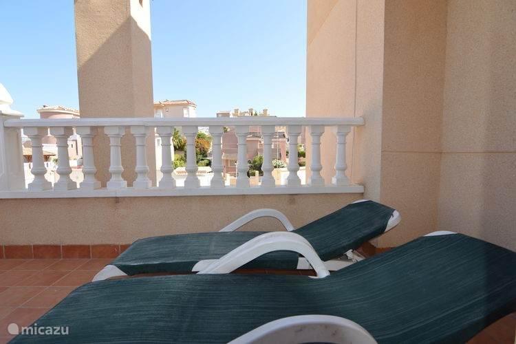 Vanuit de master bedroom bereikt u het terras op de verdieping. Hier kunt u in alle rust genieten van de zon