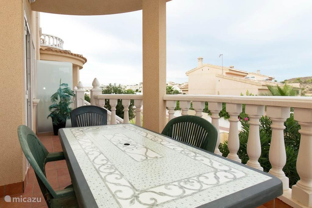 Op uw veranda is een ideale plaats om rustig te zitten, eten of te recreëren met mooi uitzicht op de omgeving