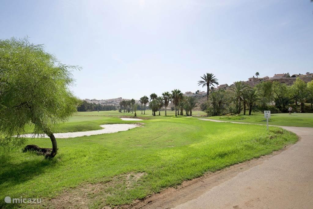 De 18-holes golfbaan ligt op 300 meter afstand