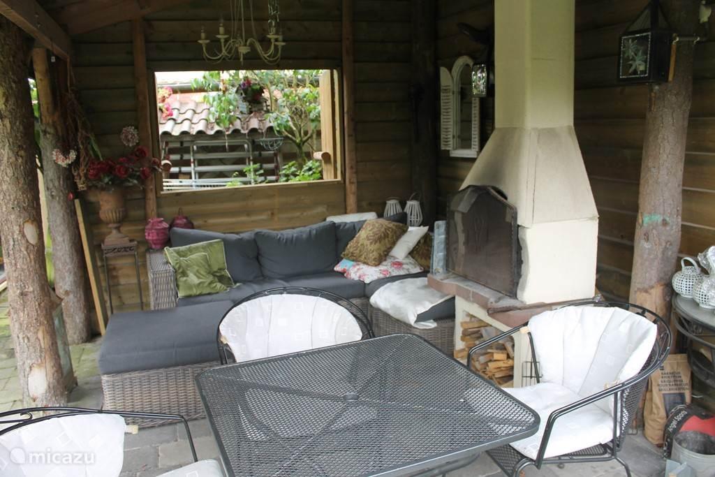 Veranda met zitje, BBQ / Open haard en loungebank