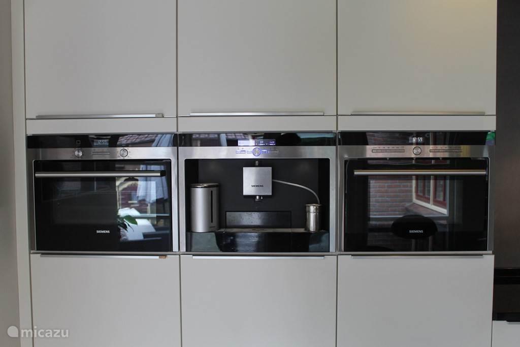 Keukenapparatuur; koffieautomaat, combi magnetron en oven.
