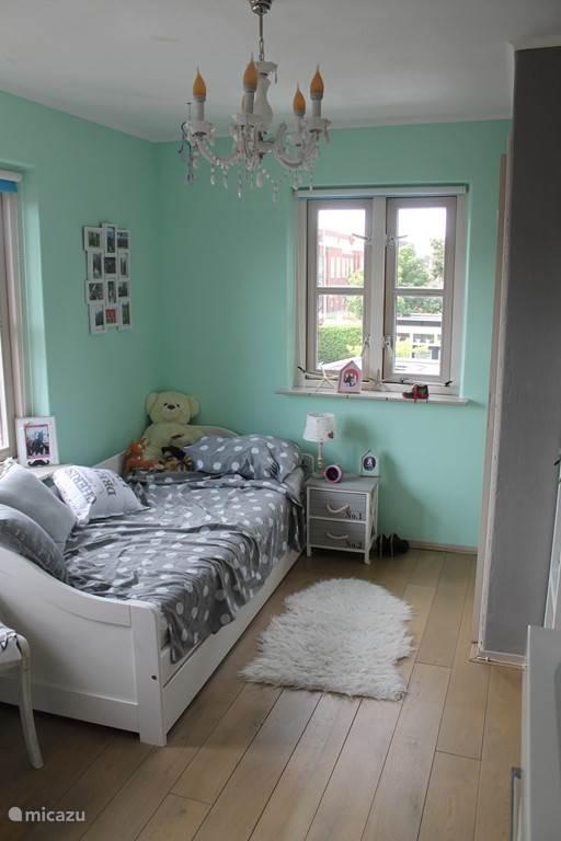 Slaapkamer met extra uitschuif bed.