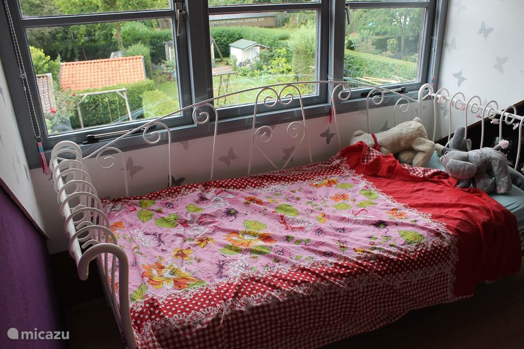 Slaapkamer op zolder met dakkapel.